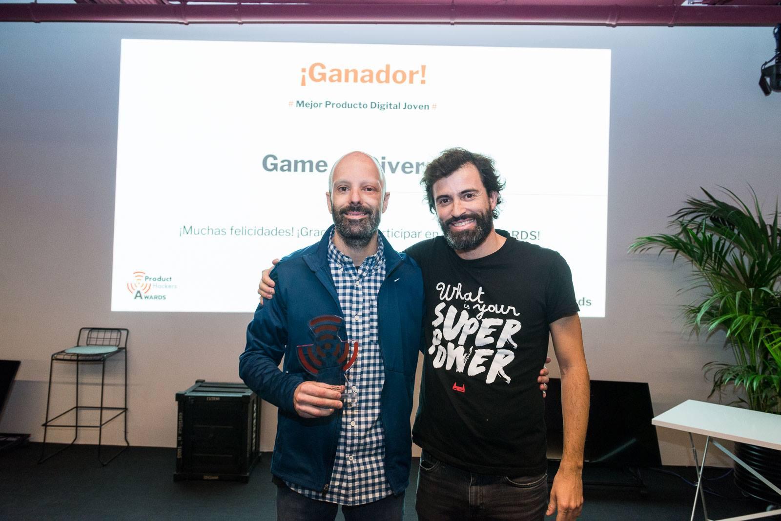 Felipe Casajús, CEO de Inserver, recibiendo el premio para el mejor producto digital joven