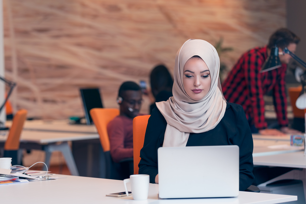 Discriminación contra trabajadores inmigrantes en las empresas tech más grandes americanas